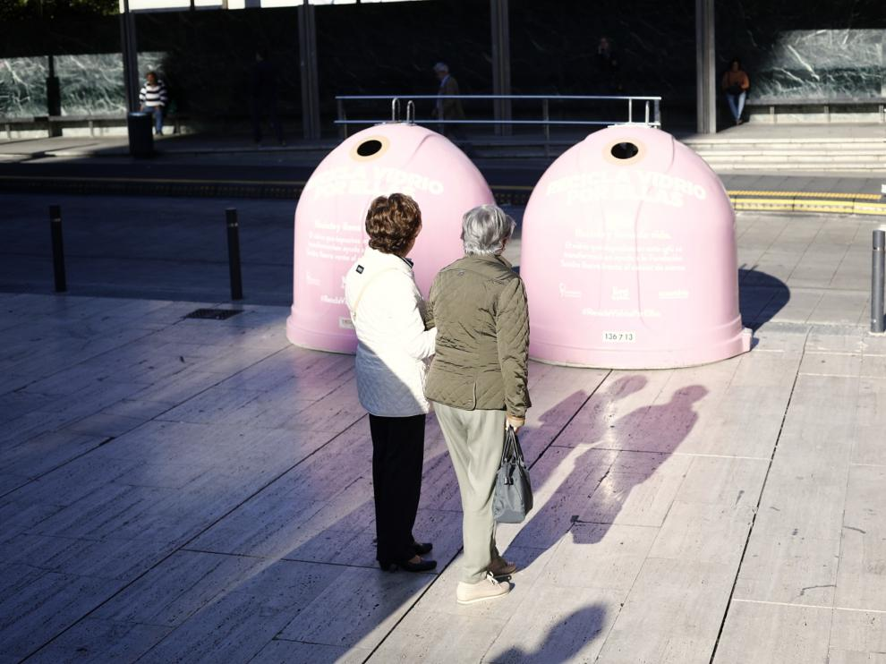 Contenedores rosas convertirán vidrio en donaciones contra el cáncer de mama